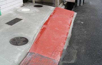 駐車場の出入口に厚さ12mmの溝ぶたを設置。